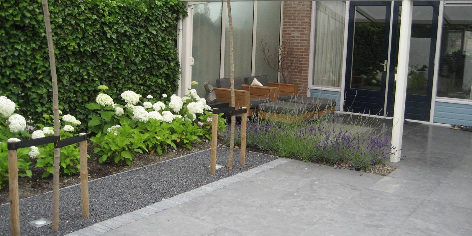 Kleine moderne achtertuinen for Voorbeeldtuinen kleine tuin